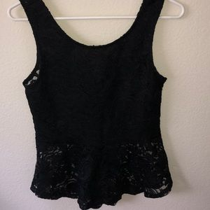 Sleeveless lace shirt with a bow